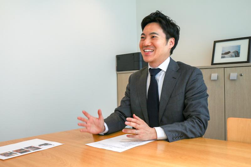 料金体系について説明する勝浦代表弁護士